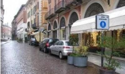 Cremona.In Largo Boccaccino viene consentito il transito e la sosta delle auto (f.te LUCI CR)