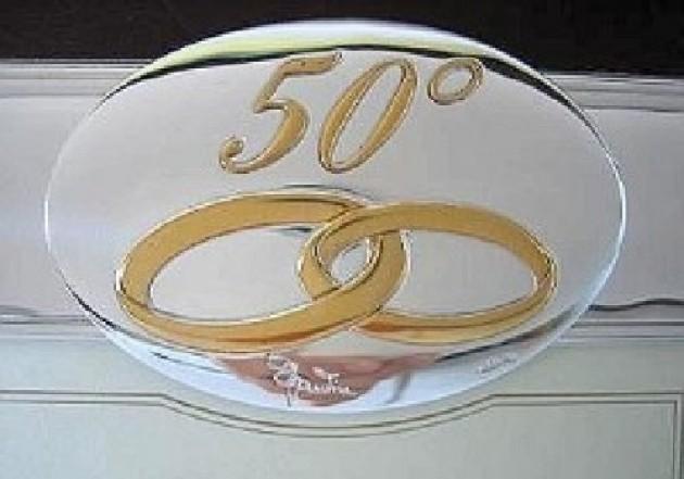 Estremamente due giorni di festa per le nozze d'oro di 4.288 coppie PO96