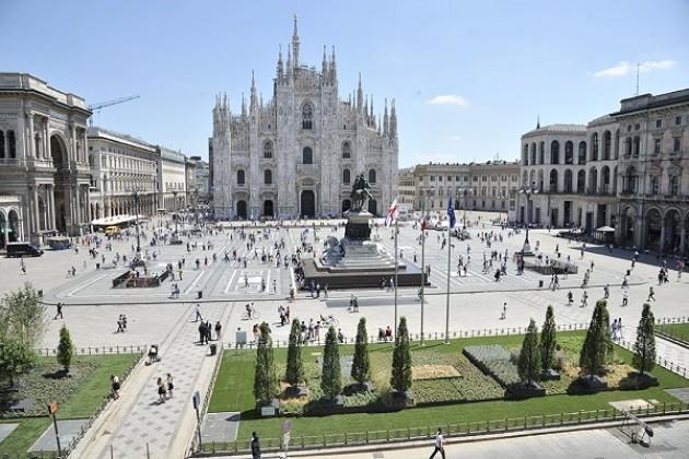 In piazza Duomo a Milano verde, alberi e cereali