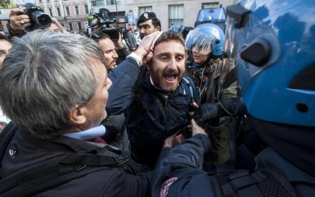 La polizia carica i lavoratori a Roma . L'audio delle dure dichiarazioni di Landini
