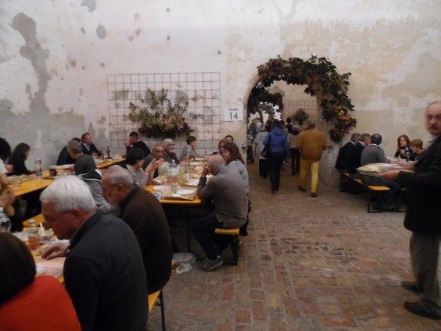 Migliaia di turisti e buongustai alla  23^ Fasulin de l'òc cun le cudeghe oggi a Pizzighettone