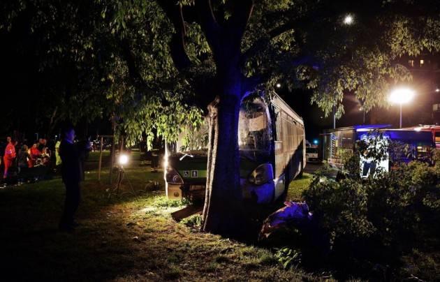 Milano - Bus si schianta contro un albero. Cinque feriti