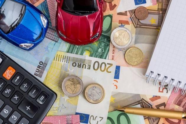 Scendono i costi per assicurare le auto: -3,26% nell'ultimo anno