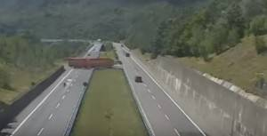 Tir di 18 metri fa inversione in autostrada (Video)