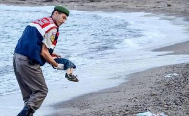 Un anno fa la foto di Aylan Kurdi sconvolgeva il mondo, ma la vergogna continua