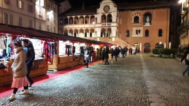 A Pavia è caccia al regalo: in piazza Duomo e in piazza della Vittoria luci e colori di Natale