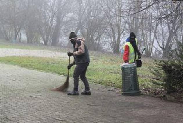 Lodi - Stranieri volontari al lavoro, gli interventi nei parchi e aree verdi