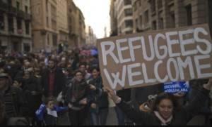 Migliaia di spagnoli in piazza a Barcellona per manifestare a favore dei rifugiati
