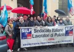 Cremona poliziotti in piazza davanti alla Questura il  3 marzo