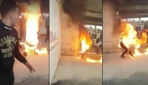 Amnesty Gravissimo il rifugiato siriano che si è dato fuoco sull'isola greca di Chio