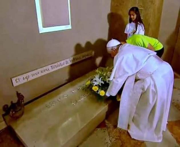 Bozzolo Papa Francesco sulla tomba di Don Primo Mazzolari accolto da Giuseppe Torchio