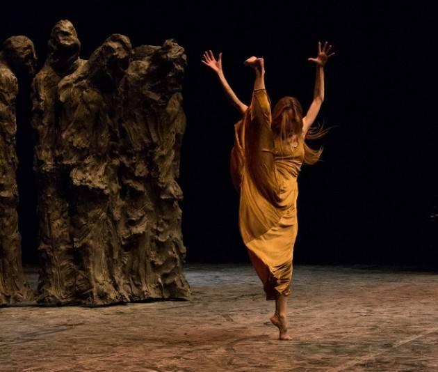 Tamara Fragale danzatrice cremonese sul palco per Pietrasanta in Concerto