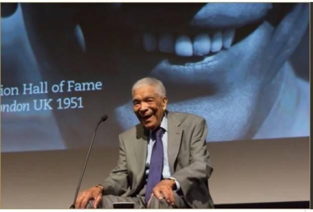 Earl Cameron Pionieristico attore centenario riflette sulla vita, sulla fede baha'i e sul cambiamento