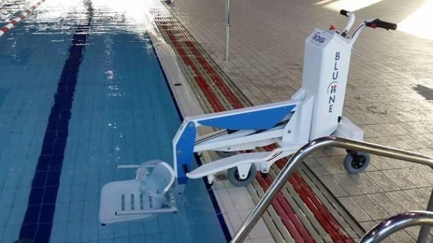 Piscina Sport Management di Cremona Un nuovo sollevatore mobile per facilitare l'accesso  disabili