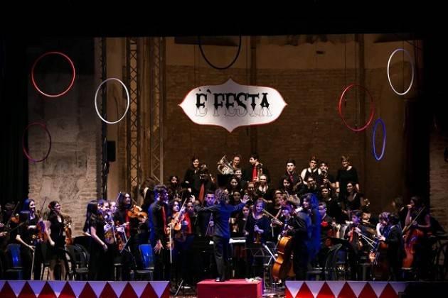 Crema L'Attesa tra cerchi nell'aria e pizzica Concerto Fatf in teatro pieno di magia