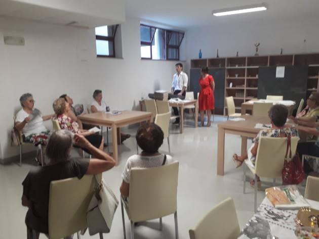 Performance canora del  sindaco Gianluca Galimberti in visita al centro anziani Auser di Via Alfeno Varo di Cremona