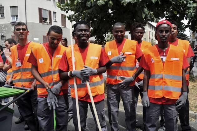 Milano Politiche sociali Disoccupati e richiedenti asilo impegnati nella pulizia di sei zone della città
