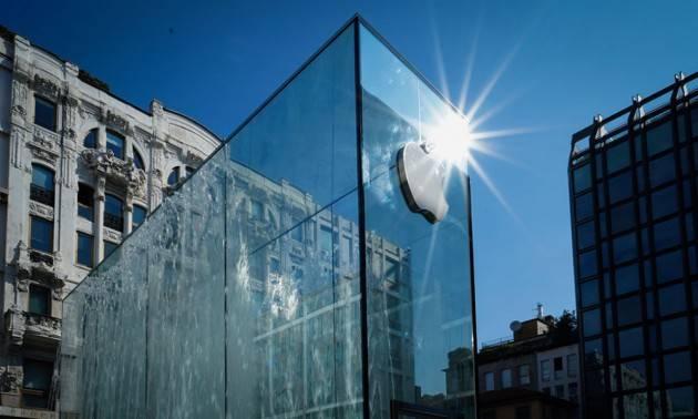ADUC L'irriverente pensa alla fila dell'Apple Store di Milano