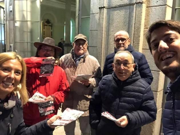 Matteo Piloni (PD) in stazione a Crema al volantinaggio per la mancanza di risposte ai pendolari (Video)