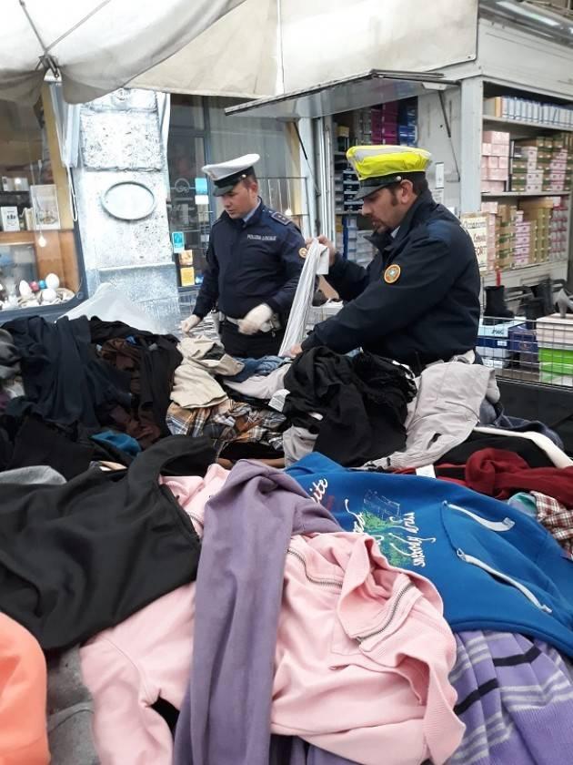 Cremona Verifiche della Polizia Locale al mercato: sequestrati 924 abiti usati privi di etichettatura