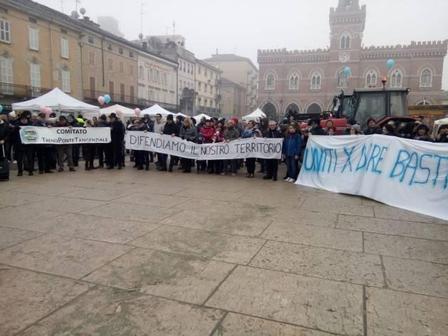 Casalmaggiore  Molti cittadini in piazza in difesa dei servizi del casalasco , ponte. Ospedale, ferrovia