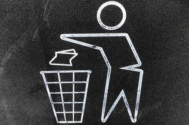 Casalmaggiore: rifiuti non differenziati abbandonati per strada