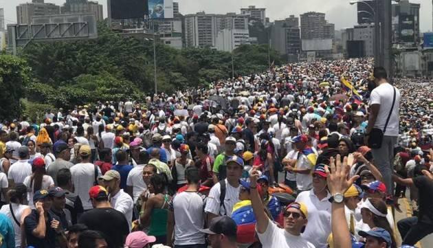AMNESTY  VENEZUELA: LE AUTORITÀ DEVONO RILASCIARE I GIORNALISTI DETENUTI MENTRE SEGUONO LA CRISI