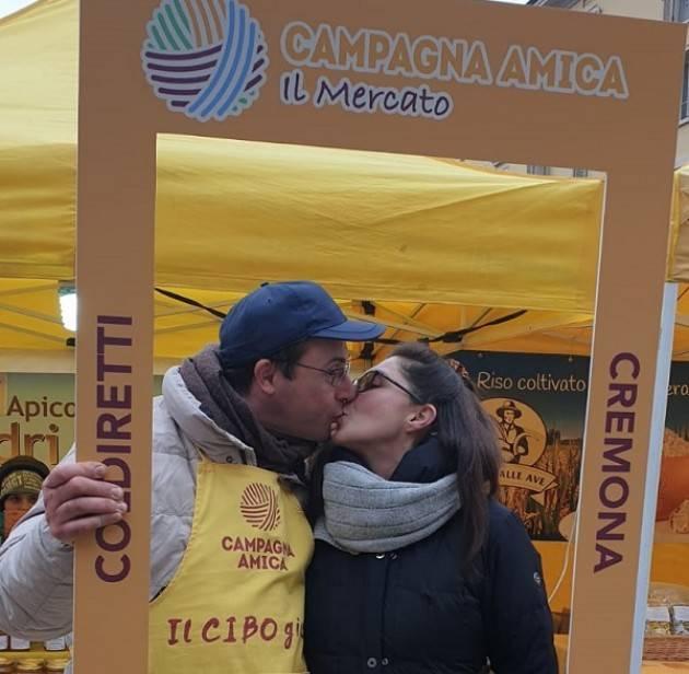 Coldiretti Cremona Galleria di baci al Mercato di Campagna Amica ,concorso di San Valentino