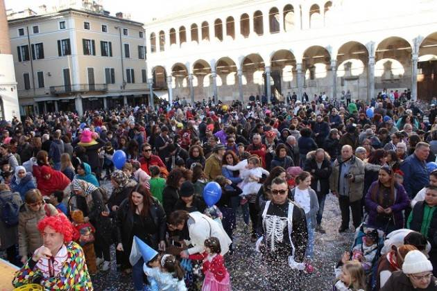 Grande festa in piazza del Comune per l'ultimo giorno di carnevale