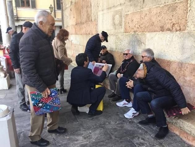 Il Sindaco Galimberti consegna i cuscini ai signori della Bertazzola