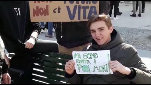 (Video) #FridaysForFuture Sciopero Mondiale per il Futuro Centinaia di studenti in piazza Roma a Cremona