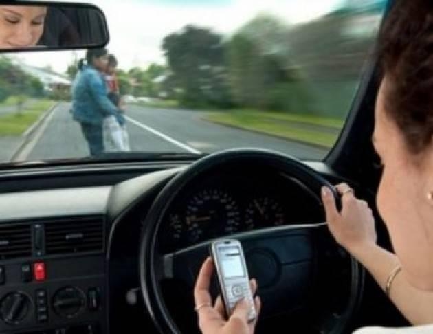 Federconsumatori  I pericoli degli smartphone alla guida