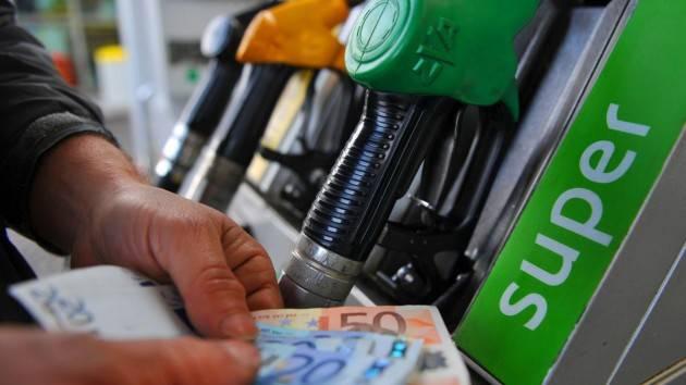 ADUC Caro-benzina. Le soluzioni non possono che essere di politica economica ed ambientale