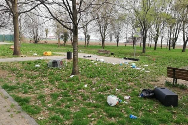 A Crema vandali scatenati al Parco del Serio, rifiuti sparsi ovunque
