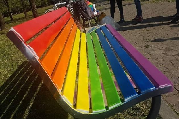 Una panchina arcobaleno per la Giornata Internazionale contro l'omofobia