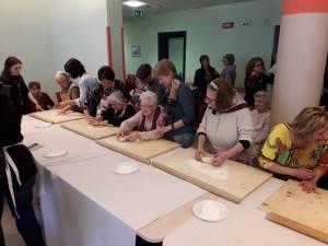 Rsa Fondazione Germani Gli ospiti del nucleo Alzheimer 'con le mani in pasta fanno la sfoglia' (Video G.C.Storti)
