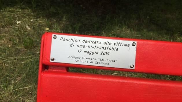 ArciGay Cremona Giornata contro l'omofobia - panchina rainbow a Parco Po