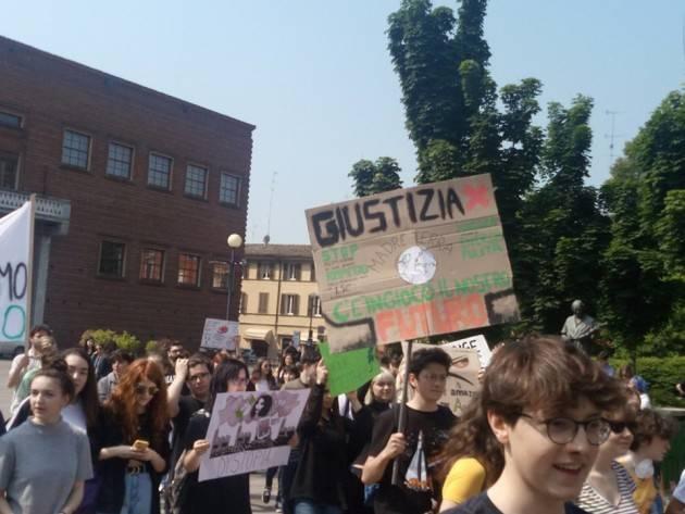 Anche a Cremona  gli studenti del movimento Fridays For Future hanno sfilato per le vie cittadine .