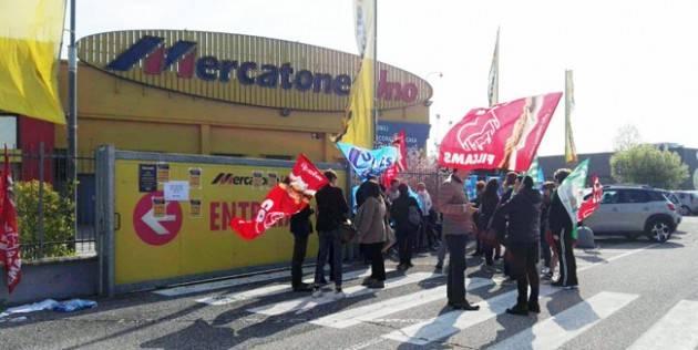 I lavoratori del MercatoneUno di Madignano protestano il 30 maggio davanti al cancello chiuso e chiedono solidarietà