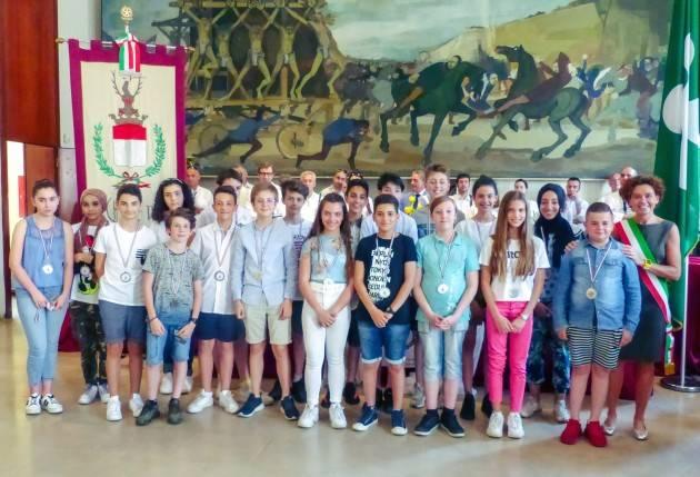 Crema Bonaldi consegna benemerenze ai 51 bambini eroi scuole medie Vailati (Video E.Mandelli)