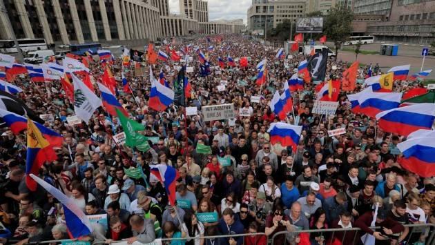 RUSSIA: CONDANNA DI AMNESTY ALLA VASTA REPRESSIONE DELL'OPPOSIZIONE IN VISTA DELLE ELEZIONI DI SETTEMBRE