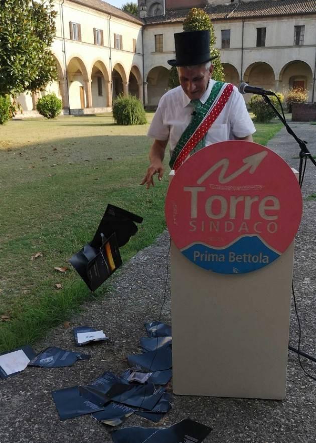Il piccolo museo della poesia di Piacenza sta chiudendo. Stefano Torre fa un comizio e strappa le pagine del libro di poesie di Massimo Silvotti