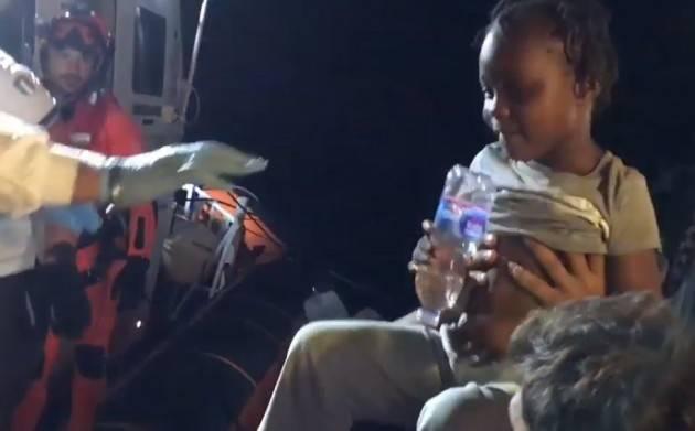 (Video) Pianeta Migranti.  Esclusiva, il 'folle' trasbordo dei bimbi dalla Mare Jonio