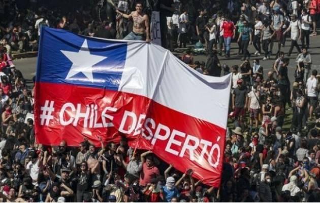 Esteri Cile  Le vie di Santiago piene per lo sciopero generale
