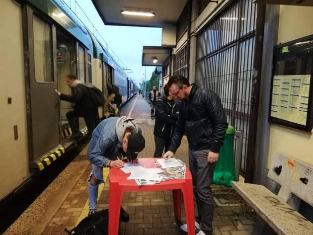 Continua Raccolta firme PD  'Basta Trenord' alla stazione di Capralba