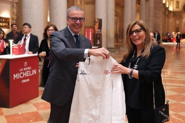 Da Guida Michelin donato a Piacenza un grembiule a 3 stelle per l'accoglienza. Barbieri-Papamarenghi: 'Sfida vinta per Piacenza'