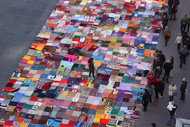 Bergamo Il 23 e 24 novembre piazza Vecchia si scalda tra le coperte di Viva Vittoria 2500 coperte contro la violenza sulle donne