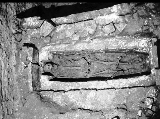 Cremona ESTATE 1980. SI APRE UNA TOMBA SOTTO IL TORRAZZO Dove è finito lo scheletro? | Daniele Disingrini
