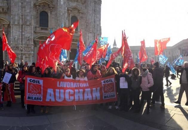 Milano Il Pd oggi (5 dicembre)  in piazza Duomo con i lavoratori di Auchan