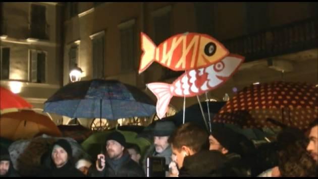 Tante Sardine in p.zza della Pace a Cremona La manifestazione su chiude cantando  Bella Ciaoo